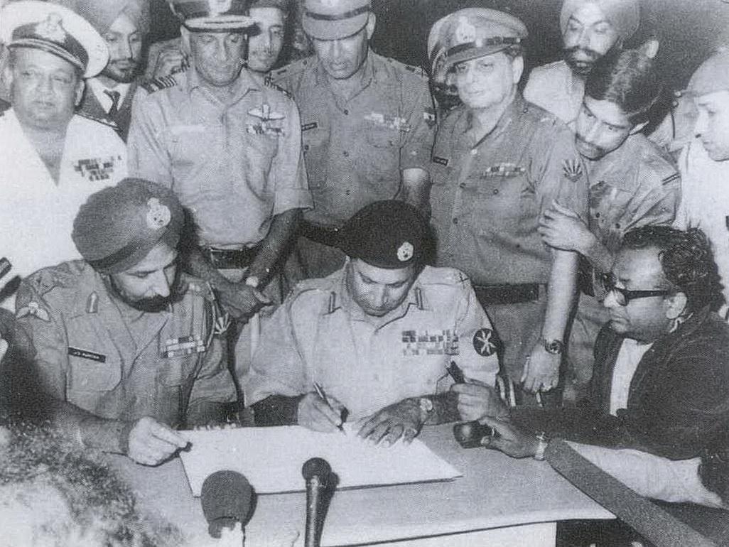 Unterzeichnung der Kapitulationsurkunde durch den pakistanischen General Niazi